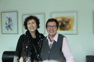 Ruby Yunis y Militza Agusti, curadora galería de arte Escuela de Ingeniería UC.