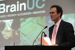 El decano de la Facultad de Ingeniería UC, Juan Carlos de la Llera, en el lanzamiento de Brain UC realizado en junio.